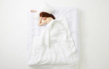 침대에 누워있는 여성